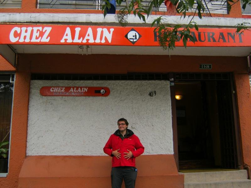 Rémi devant Chez Alain