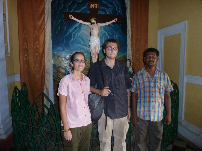 Avec le sacristain Samuel, Sardhana, Inde