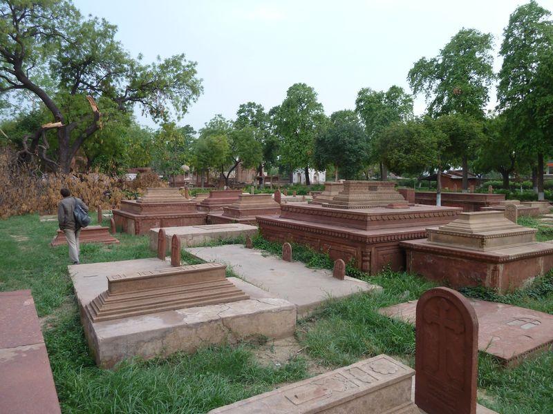 Recherche dans le cimetière romano-catholique, Agra, Inde