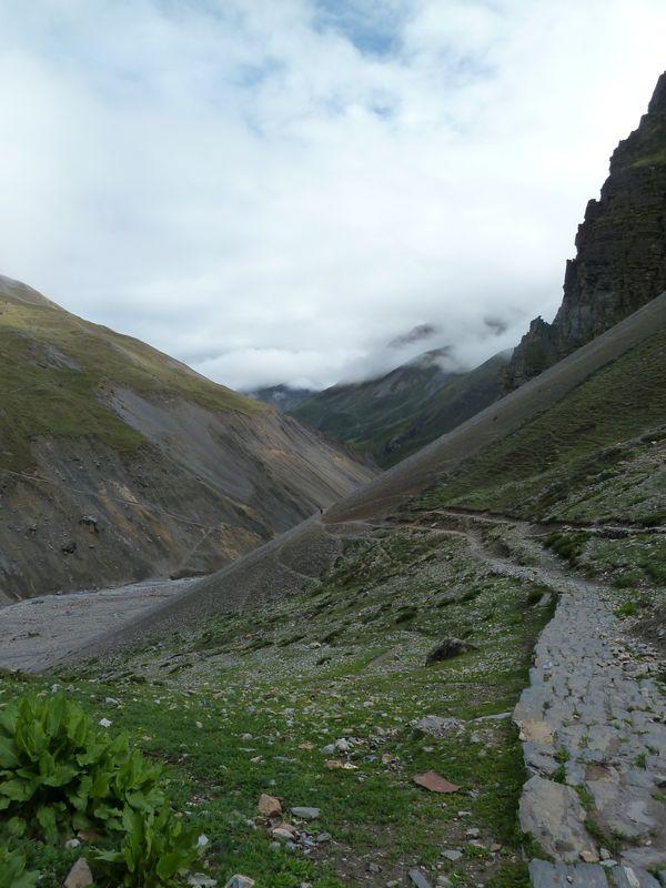 Chemin et éboulements de terrain, autour des Annapurnas, Népal