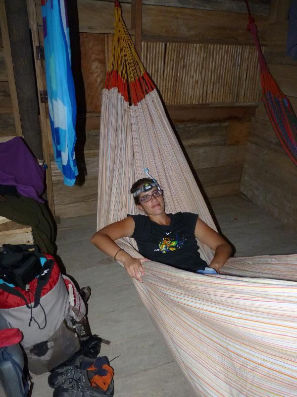 Romane dans le hamac de l'ile Caledonia
