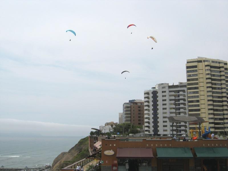 Lima, bord de mer et parapentes