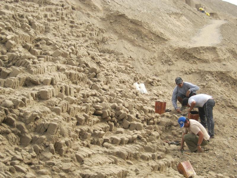 Ouvriers sur le site de Huaca Pucllana, Lima