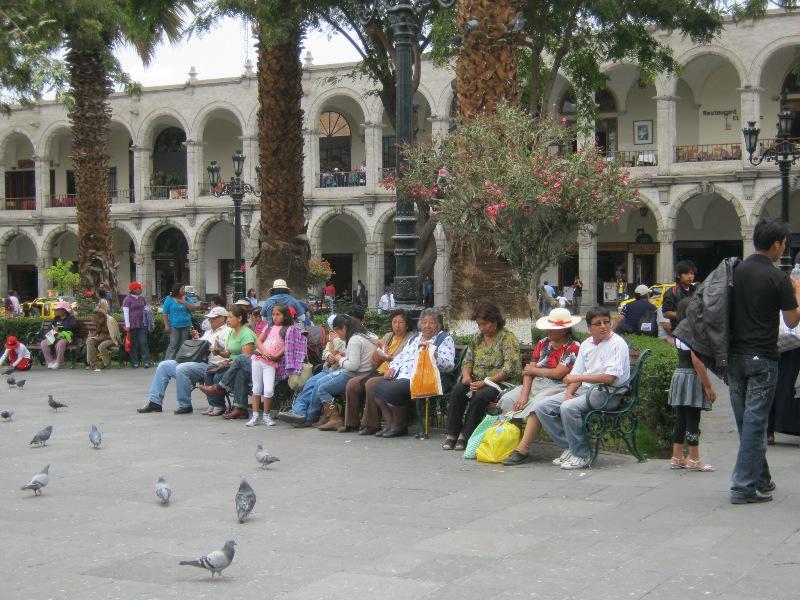 Sur la place d'armes, Arequipa, Pérou