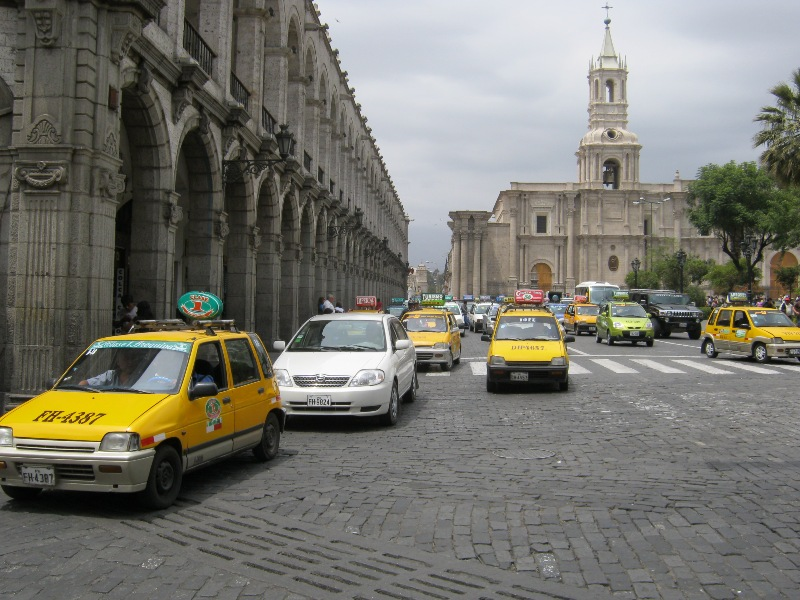 Arequipa, trafic de taxis sur la place d'armes