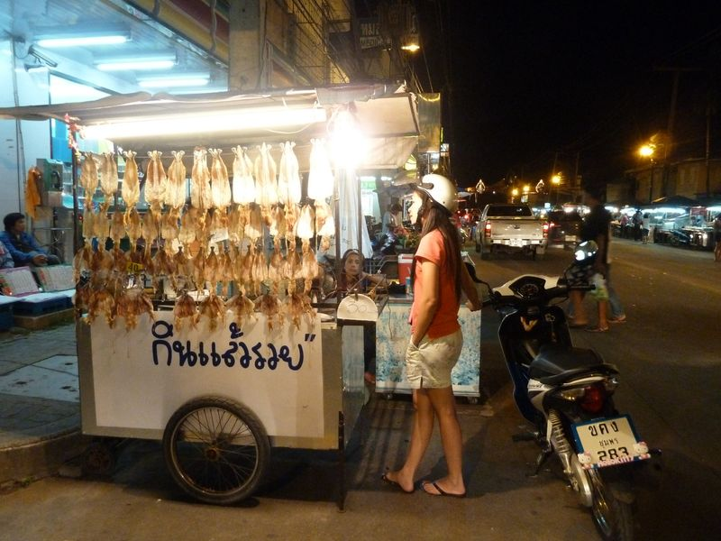 Vendeur de seiches aplaties, Chumphon, Thaïlande