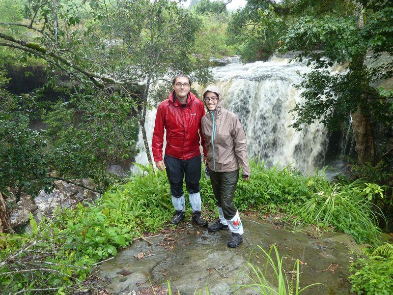 Romane et Remi trempés devant une cascade, Phu Kradung, Thaïlande