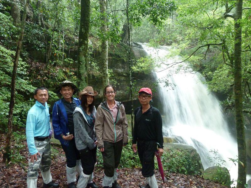 Avec nos amis thaïs devant une cascade, Phu Kradung, Thaïlande